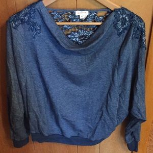 Flouncy blue sweater with open back embroidered.
